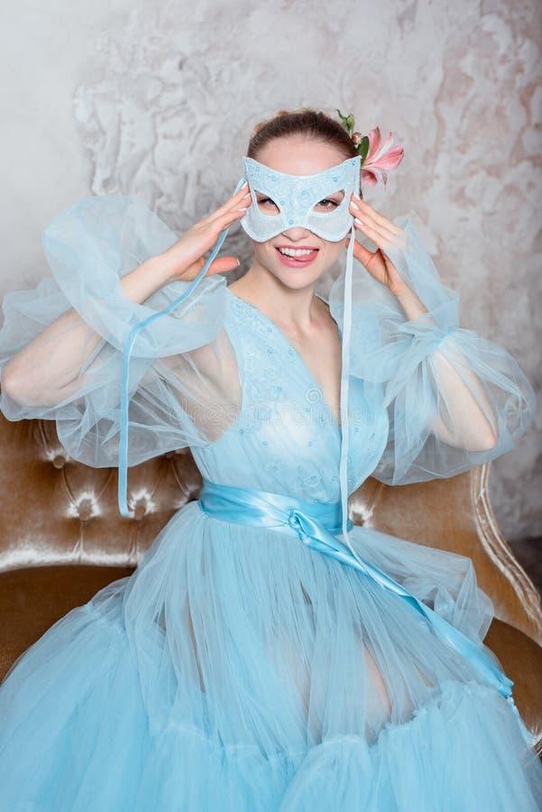 Πορτρέτο μιας σαγηνευτικής όμορφης γυναίκας σε ένα φόρεμα αναδρομικών εσωτερικό και μπουντουάρ στοκ εικόνα με δικαίωμα ελεύθερης χρήσης