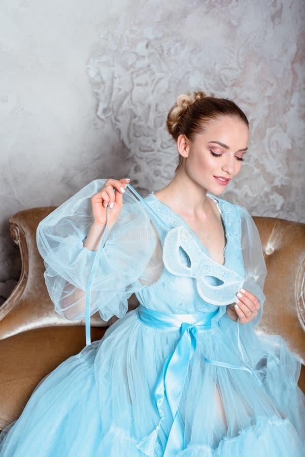 Πορτρέτο μιας σαγηνευτικής όμορφης γυναίκας σε ένα φόρεμα αναδρομικών εσωτερικό και μπουντουάρ στοκ φωτογραφίες