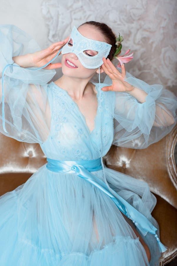 Πορτρέτο μιας σαγηνευτικής όμορφης γυναίκας σε ένα φόρεμα αναδρομικών εσωτερικό και μπουντουάρ στοκ φωτογραφίες με δικαίωμα ελεύθερης χρήσης