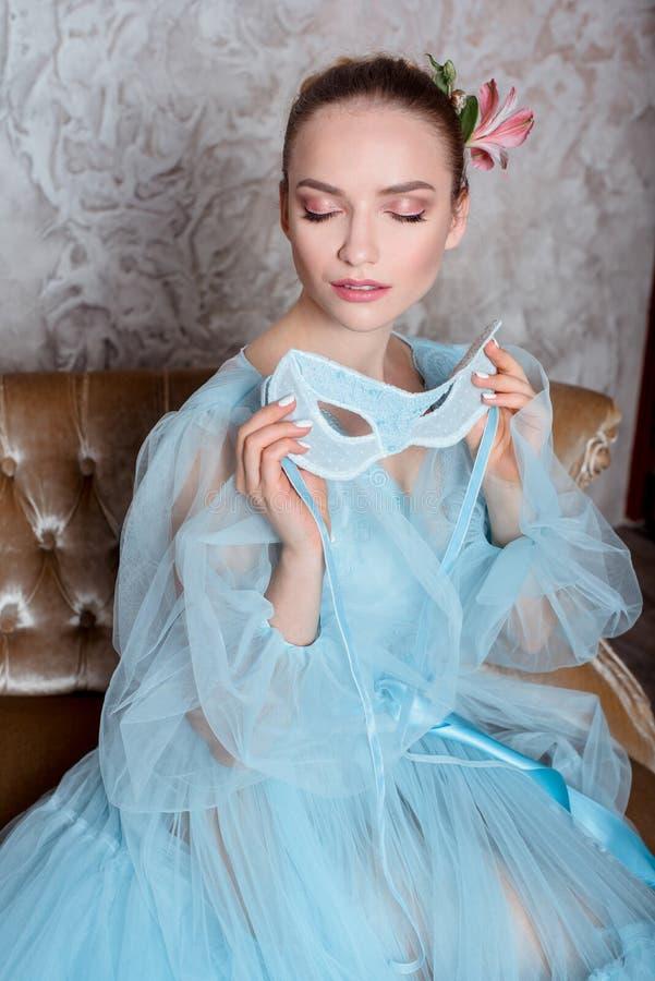 Πορτρέτο μιας σαγηνευτικής όμορφης γυναίκας σε ένα φόρεμα αναδρομικών εσωτερικό και μπουντουάρ στοκ εικόνες