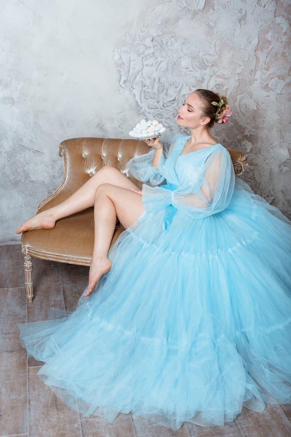 Πορτρέτο μιας σαγηνευτικής όμορφης γυναίκας σε ένα φόρεμα αναδρομικών εσωτερικό και μπουντουάρ στοκ φωτογραφία με δικαίωμα ελεύθερης χρήσης