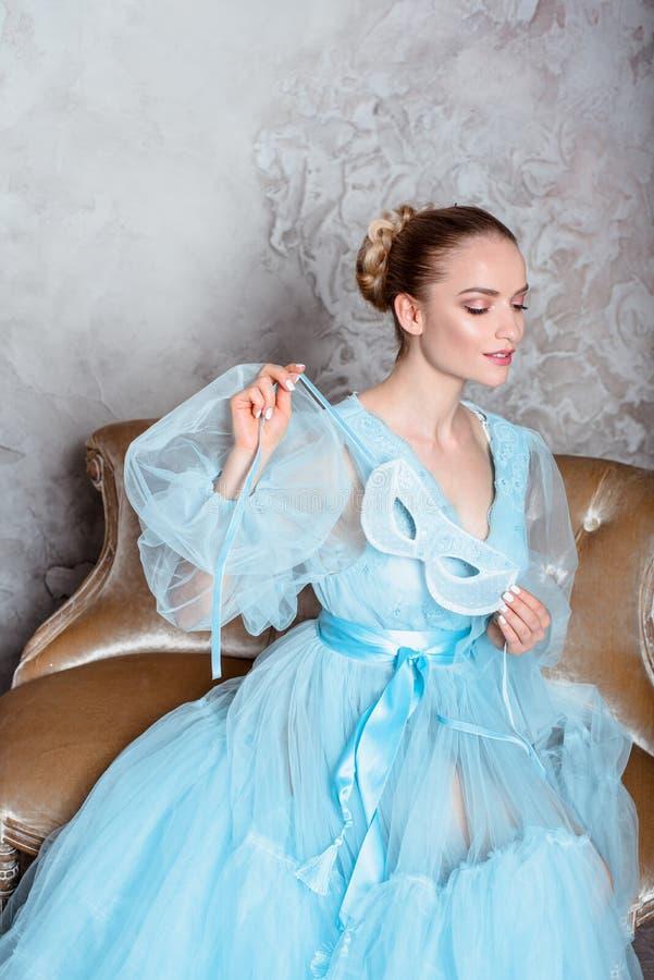 Πορτρέτο μιας σαγηνευτικής όμορφης γυναίκας σε ένα φόρεμα αναδρομικών εσωτερικό και μπουντουάρ στοκ εικόνες με δικαίωμα ελεύθερης χρήσης