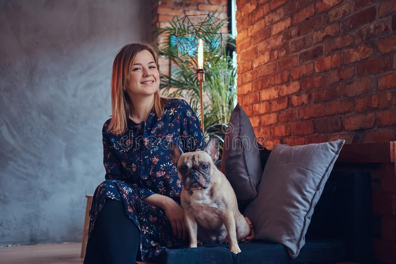 Πορτρέτο μιας συνεδρίασης γυναικών χαμόγελου με έναν χαριτωμένο μαλαγμένο πηλό στα WI αιθουσών στοκ φωτογραφία με δικαίωμα ελεύθερης χρήσης