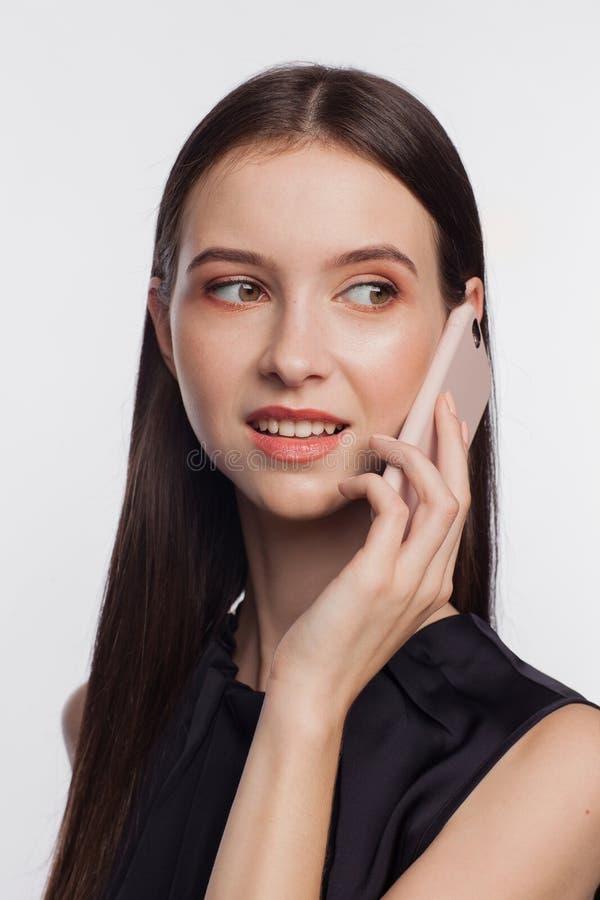 Πορτρέτο μιας χαμογελώντας γυναίκας που μιλά τηλεφωνικώς στοκ εικόνες με δικαίωμα ελεύθερης χρήσης