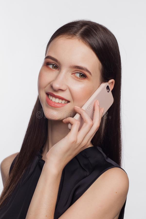 Πορτρέτο μιας χαμογελώντας γυναίκας που μιλά τηλεφωνικώς στοκ εικόνα με δικαίωμα ελεύθερης χρήσης