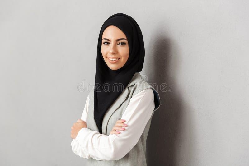 Πορτρέτο μιας χαμογελώντας νέας αραβικής γυναίκας στοκ εικόνα