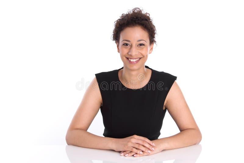 Πορτρέτο μιας χαμογελώντας νέας επιχειρησιακής γυναίκας σε ένα μαύρο πουκάμισο στοκ εικόνες