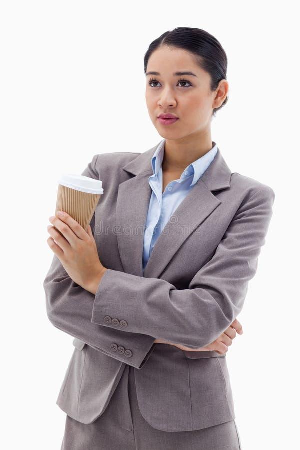 Πορτρέτο μιας χαριτωμένης επιχειρηματία που κρατά ένα take-$l*away τσάι στοκ φωτογραφία με δικαίωμα ελεύθερης χρήσης