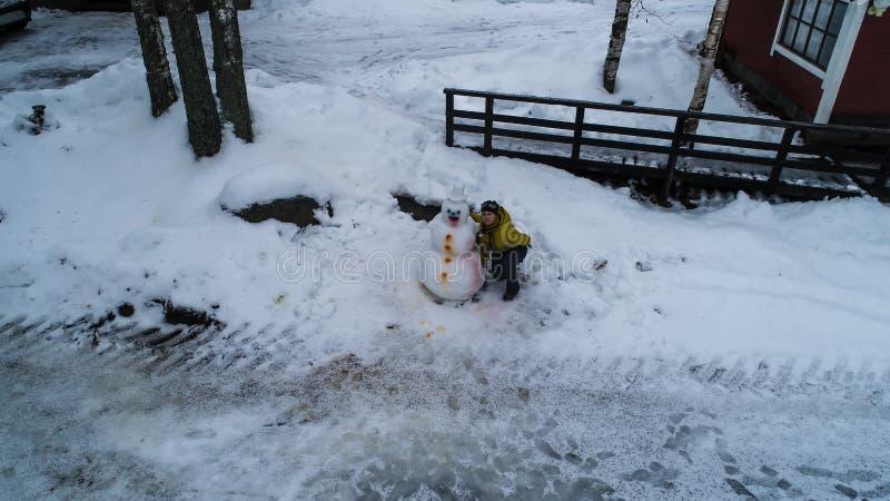 Πορτρέτο μιας χειμερινής φωτογραφίας έτους χιονανθρώπων νέας από το ύψος στοκ φωτογραφίες
