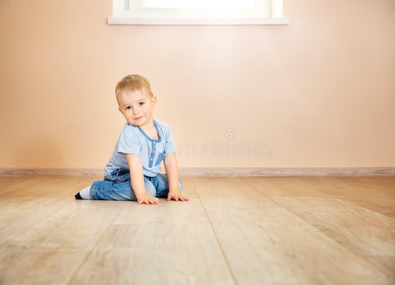 Πορτρέτο μιας χρονών συνεδρίασης παιδιών δύο στο πάτωμα στοκ εικόνες