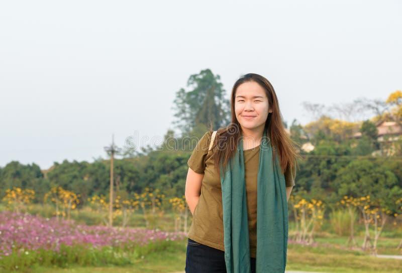 Πορτρέτο μιας όμορφης ασιατικής γυναίκας που χαμογελά λαμπρά στοκ φωτογραφία με δικαίωμα ελεύθερης χρήσης