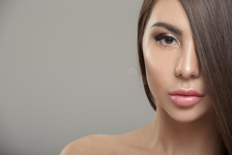Πορτρέτο μιας όμορφης γυναίκας με τη λαμπρή ευθεία τρίχα στοκ φωτογραφίες