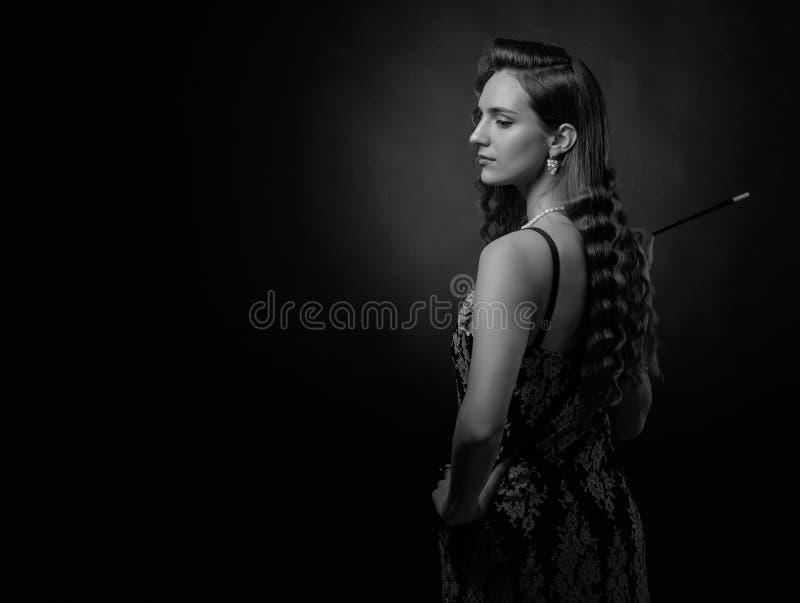Πορτρέτο μιας όμορφης γυναίκας με το μακρύ επιστόμιο στοκ εικόνα