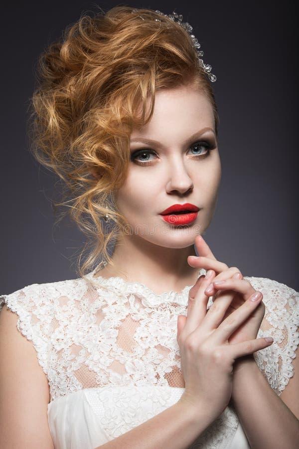 Πορτρέτο μιας όμορφης γυναίκας πιπεροριζών με τα κόκκινα χείλια στην εικόνα της νύφης στοκ φωτογραφία με δικαίωμα ελεύθερης χρήσης
