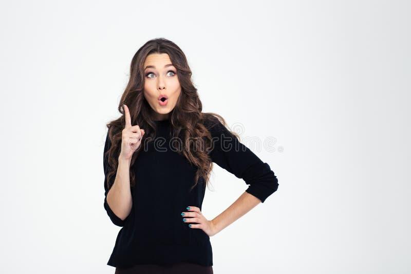 Πορτρέτο μιας όμορφης γυναίκας που δείχνει το δάχτυλο επάνω στοκ φωτογραφία με δικαίωμα ελεύθερης χρήσης