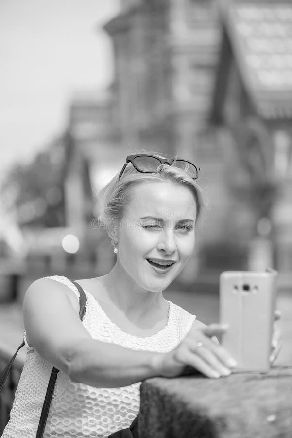 Πορτρέτο μιας όμορφης γυναίκας που κάνει selfie στην πόλη του ST Pererburg στοκ εικόνα