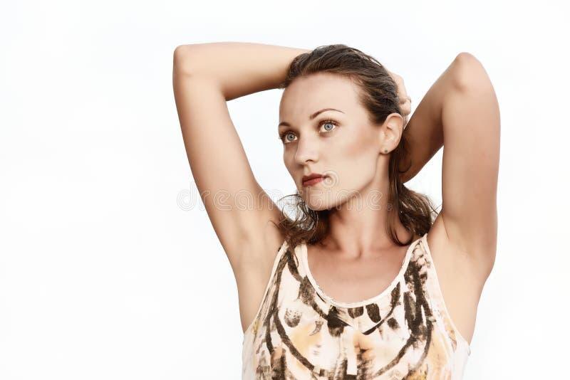 Πορτρέτο μιας όμορφης γυναίκας που ονειρεύεται ένα άσπρο υπόβαθρο στοκ εικόνες με δικαίωμα ελεύθερης χρήσης