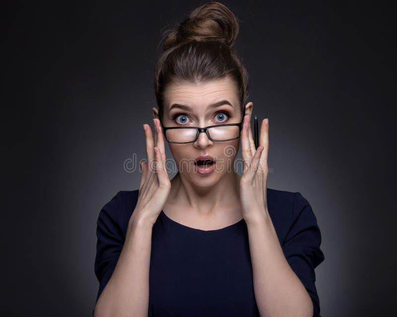 Πορτρέτο μιας όμορφης γυναίκας σε ένα επιχειρησιακό ύφος στοκ φωτογραφία με δικαίωμα ελεύθερης χρήσης