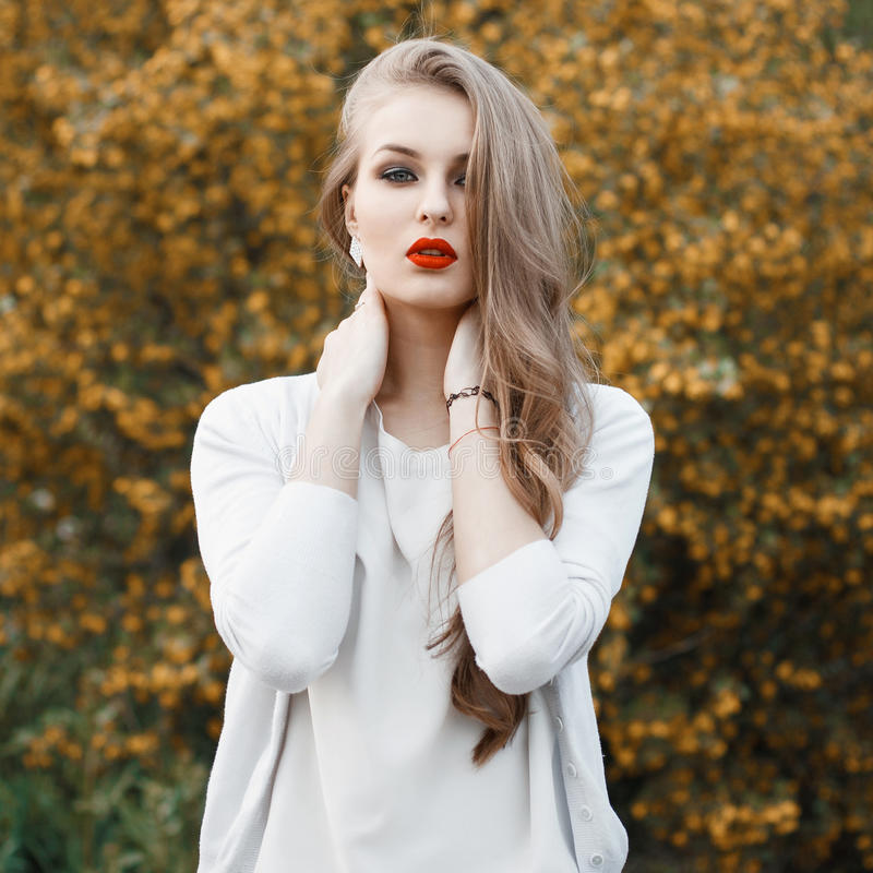 Πορτρέτο μιας όμορφης γυναίκας σε ένα υπόβαθρο μιας άνθησης TR στοκ φωτογραφία με δικαίωμα ελεύθερης χρήσης