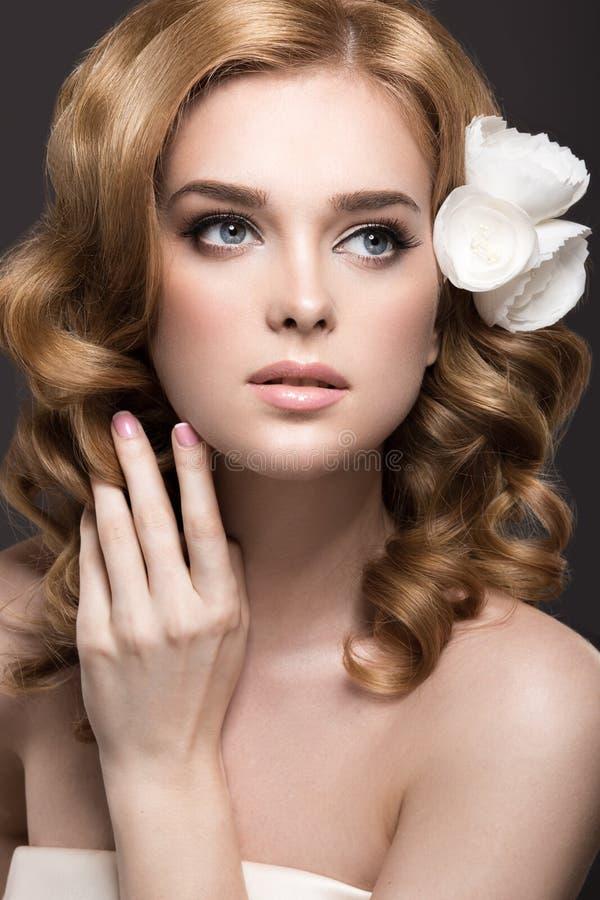 Πορτρέτο μιας όμορφης γυναίκας στην εικόνα της νύφης με τα λουλούδια στην τρίχα της Πρόσωπο ομορφιάς στοκ φωτογραφία με δικαίωμα ελεύθερης χρήσης