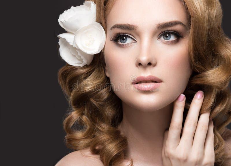 Πορτρέτο μιας όμορφης γυναίκας στην εικόνα της νύφης με τα λουλούδια στην τρίχα της Πρόσωπο ομορφιάς στοκ φωτογραφία