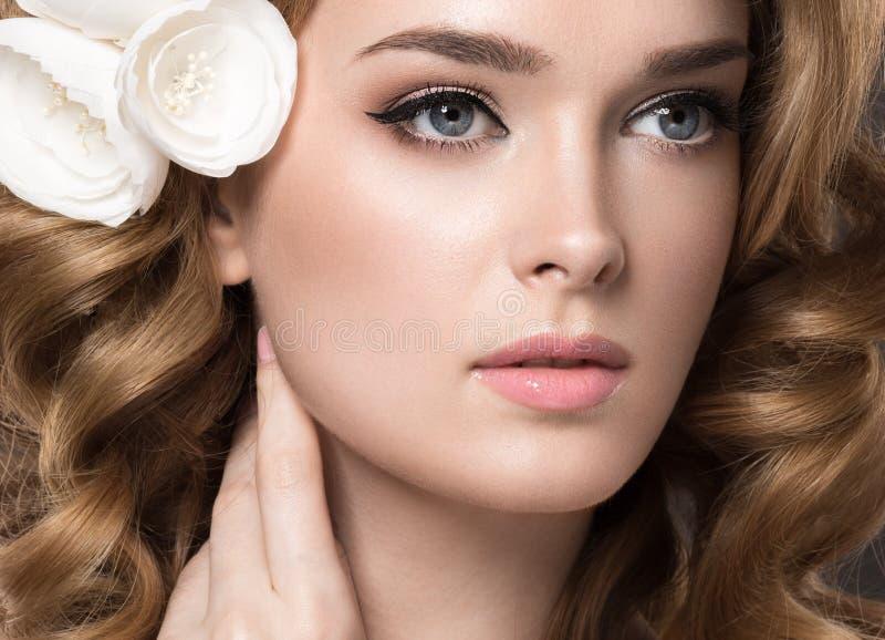 Πορτρέτο μιας όμορφης γυναίκας στην εικόνα της νύφης με τα λουλούδια στην τρίχα της Πρόσωπο ομορφιάς στοκ εικόνα με δικαίωμα ελεύθερης χρήσης