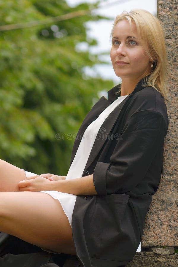 Πορτρέτο μιας όμορφης γυναίκας στην πόλη του ST Pererburg στοκ εικόνα με δικαίωμα ελεύθερης χρήσης