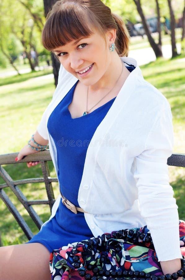 Πορτρέτο μιας όμορφης γυναίκας στο θερινό πάρκο στοκ φωτογραφίες με δικαίωμα ελεύθερης χρήσης