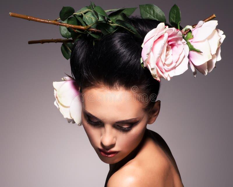 Πορτρέτο μιας όμορφης γυναίκας brunette με το δημιουργικό hairstyle στοκ φωτογραφία με δικαίωμα ελεύθερης χρήσης