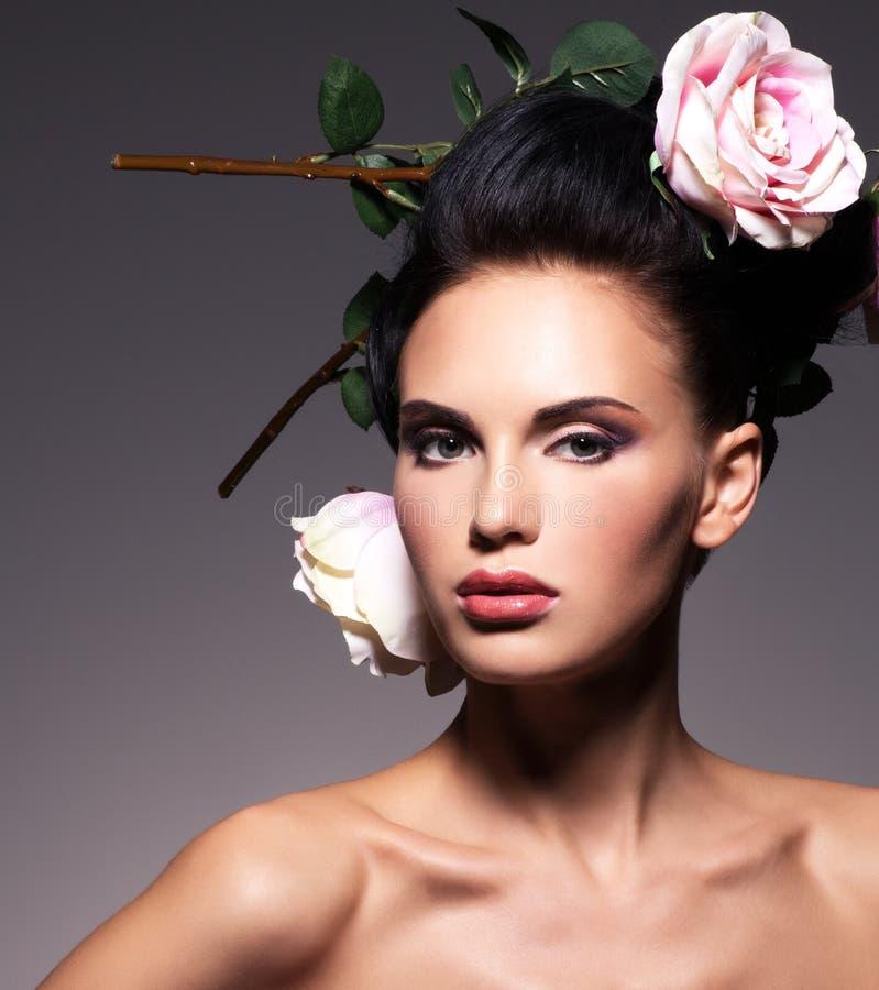 Πορτρέτο μιας όμορφης γυναίκας brunette με το δημιουργικό hairstyle στοκ φωτογραφίες