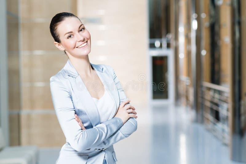 Πορτρέτο μιας όμορφης επιχειρησιακής γυναίκας στοκ φωτογραφία