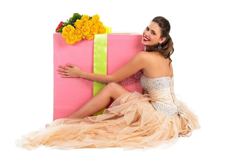 Πορτρέτο μιας όμορφης ευτυχούς γυναίκας με ένα μεγάλο δώρο στοκ φωτογραφίες με δικαίωμα ελεύθερης χρήσης