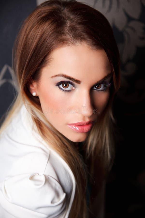 Πορτρέτο μιας όμορφης ελκυστικής γυναίκας στοκ εικόνα