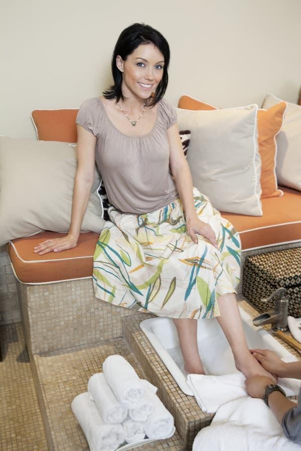 Πορτρέτο μιας όμορφης μέσης ενήλικης γυναίκας που με το pedicure beauty spa στοκ φωτογραφίες