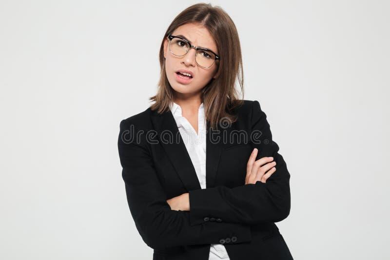 Πορτρέτο μιας όμορφης ματαιωμένης επιχειρηματία στο κοστούμι στοκ εικόνα