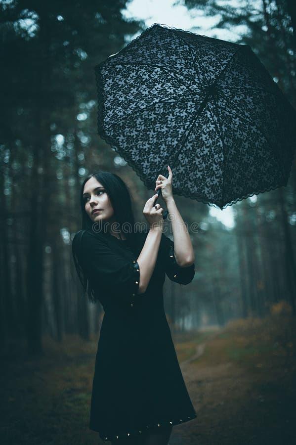Πορτρέτο μιας όμορφης μυστήριας ομπρέλας εκμετάλλευσης γυναικών στοκ φωτογραφίες με δικαίωμα ελεύθερης χρήσης