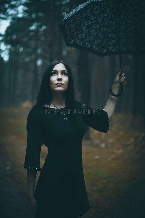 Πορτρέτο μιας όμορφης μυστήριας ομπρέλας εκμετάλλευσης γυναικών στοκ φωτογραφία με δικαίωμα ελεύθερης χρήσης