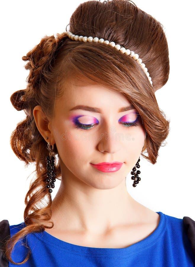 Πορτρέτο μιας όμορφης νέας γυναίκας με ένα φωτεινό makeup στοκ φωτογραφίες