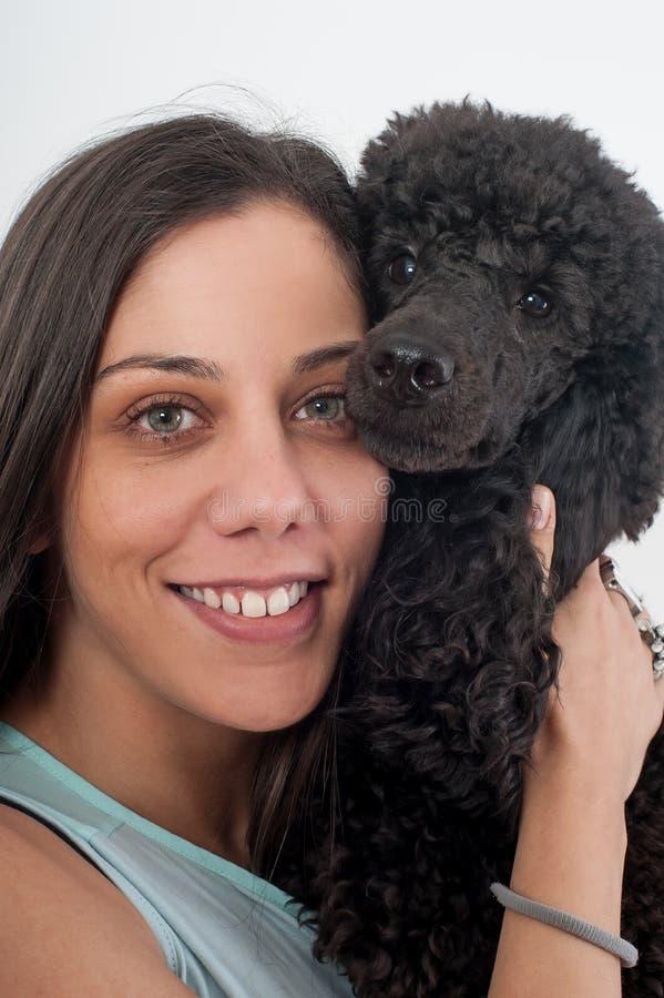 Πορτρέτο μιας όμορφης νέας γυναίκας που αγκαλιάζει το όμορφο σκυλί της στοκ φωτογραφία με δικαίωμα ελεύθερης χρήσης