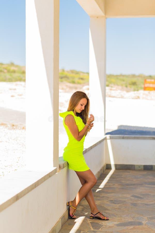 Πορτρέτο μιας όμορφης νέας καυκάσιας γυναίκας υπαίθριας στοκ εικόνα με δικαίωμα ελεύθερης χρήσης
