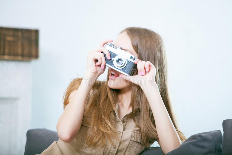 Πορτρέτο μιας όμορφης νέας ξανθής γυναίκας με μια κάμερα, τρόπος ζωής στοκ φωτογραφία