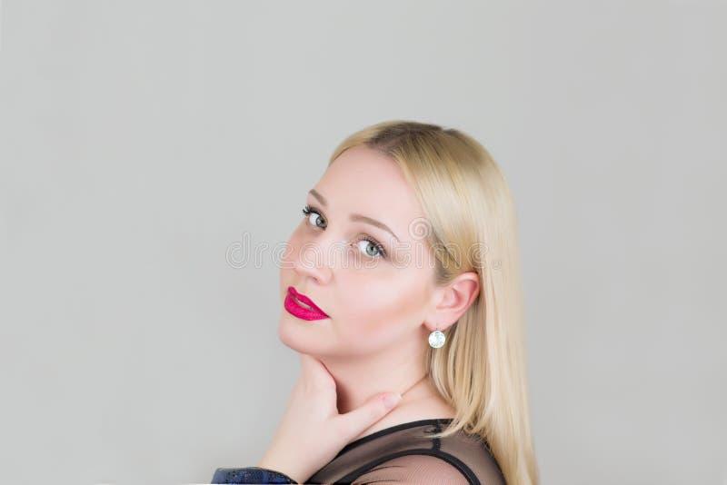 Πορτρέτο μιας όμορφης νέας ξανθής γυναίκας στενό σε έναν επάνω φορεμάτων βραδιού μαύρο στοκ φωτογραφία με δικαίωμα ελεύθερης χρήσης