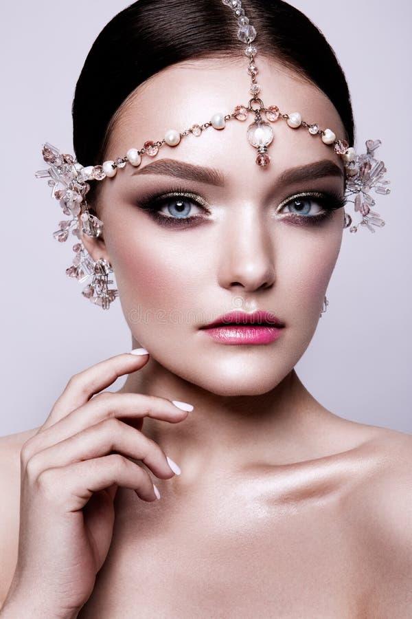 Πορτρέτο μιας όμορφης νύφης brunette μόδας, γλυκός και αισθησιακός Ο γάμος αποτελεί και τρίχα μπλε μάτια στοκ εικόνες με δικαίωμα ελεύθερης χρήσης