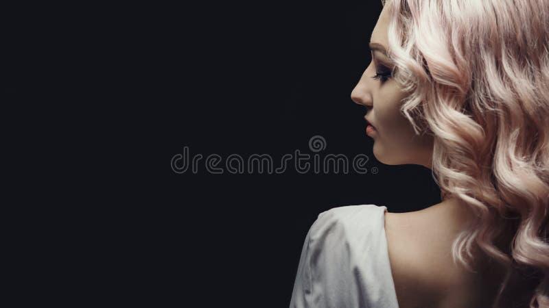 Πορτρέτο μιας όμορφης ξανθιάς κοπέλας, πρόσωπο μιας νεαρής γυναίκας με στοκ φωτογραφία με δικαίωμα ελεύθερης χρήσης