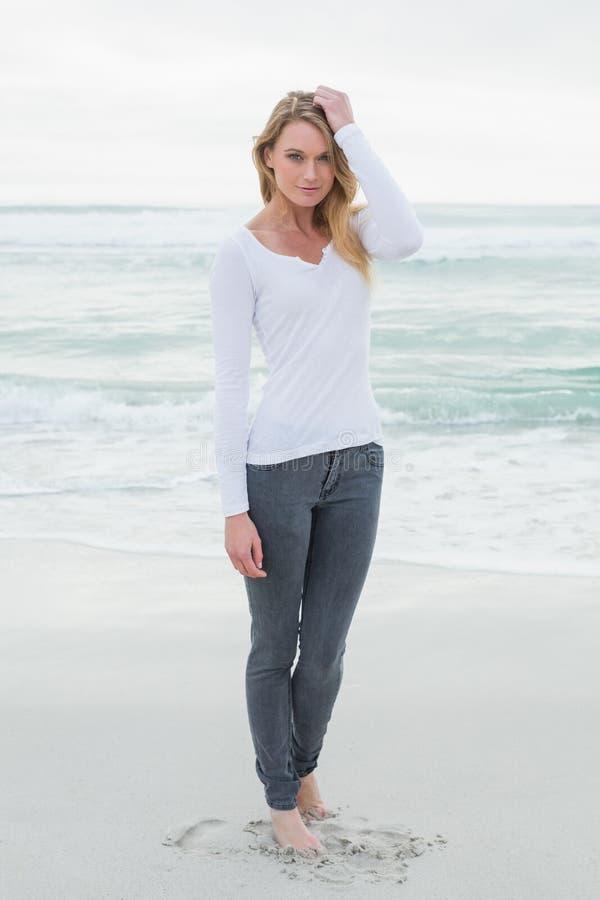 Πορτρέτο μιας όμορφης περιστασιακής γυναίκας στην παραλία στοκ φωτογραφία με δικαίωμα ελεύθερης χρήσης