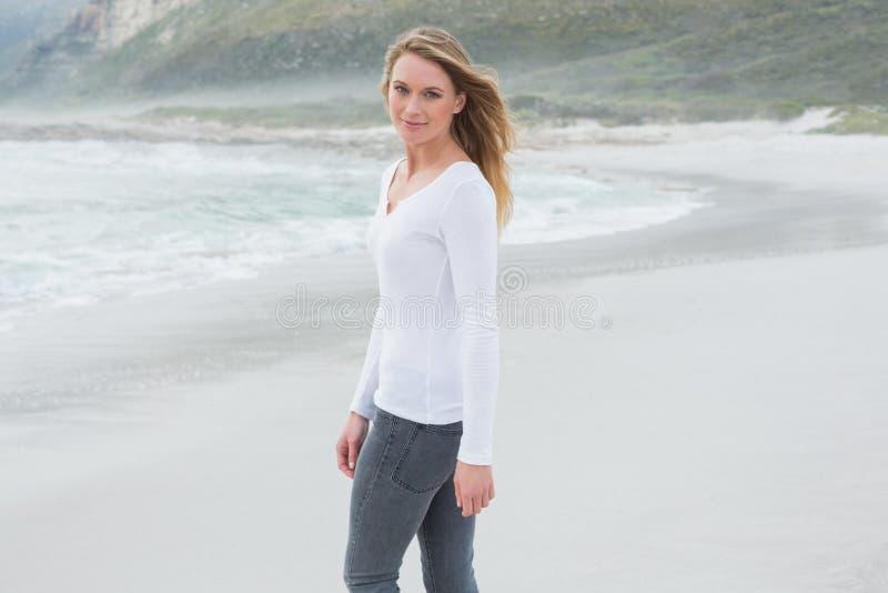 Πορτρέτο μιας όμορφης περιστασιακής γυναίκας στην παραλία στοκ εικόνα με δικαίωμα ελεύθερης χρήσης