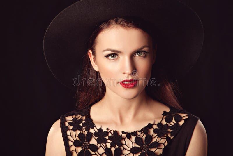 Πορτρέτο μιας όμορφης προκλητικής χαριτωμένης γυναίκας στοκ εικόνες