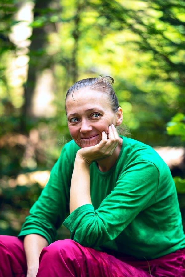 Πορτρέτο μιας όμορφης χαμογελώντας γυναίκας που που ονειρεύεται κατά τη διάρκεια του ταξιδιού στοκ φωτογραφία