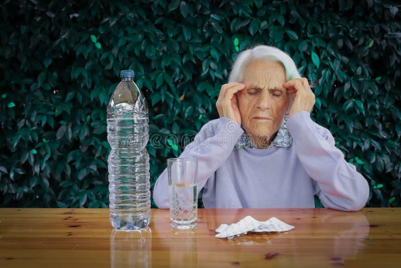 Πορτρέτο μιας όμορφης 90χρονης γυναίκας Σκεπτόμενη ηλικιωμένη γυναίκα, με πονοκέφαλο, με σκέψεις, νιώθω άσχημα, έχασα στοκ φωτογραφία με δικαίωμα ελεύθερης χρήσης