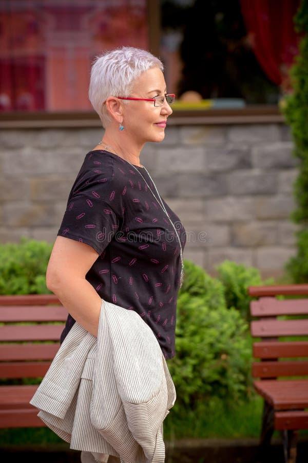 Πορτρέτο μιας ώριμης γυναίκας που περπατά στην οδό στοκ εικόνες